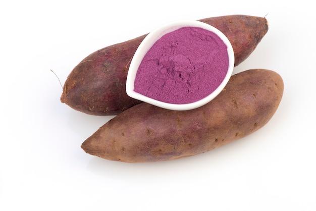 Фиолетовый сладкий картофель и порошок, изолированные на белом.