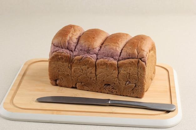 대나무 커팅 보드에 보라색 고구마 빵입니다. 텍스트 또는 광고를 위한 복사 공간이 있는 신선한 깨끗한 배경