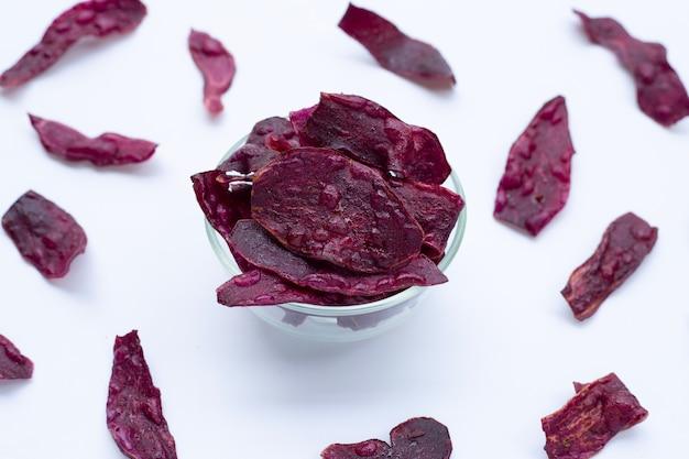 白い表面に紫のサツマイモチップス。