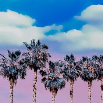보라색 열대 해변의 꿈. 손바닥. 다채로운 예술