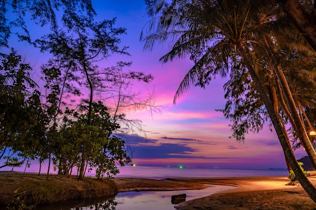 Пурпурно-фиолетовое небо на пляже и у моря в сумерках, ко куд
