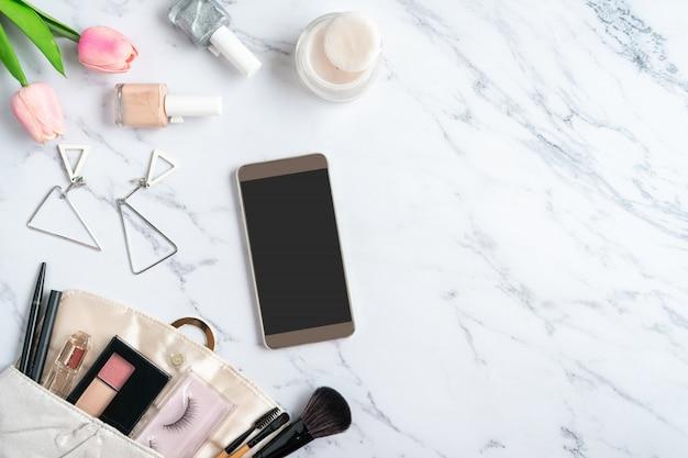 대리석 테이블, 복사 공간, 평면도에 화장품과 여성 액세서리의 지갑.