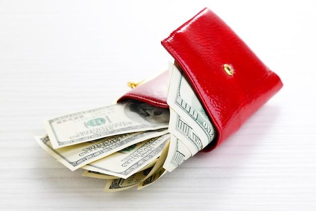 나무 테이블에 달러 지폐 지갑