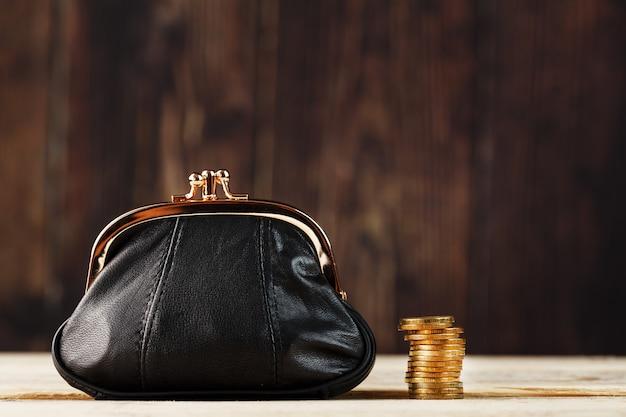 財布とお金と木のテーブル。将来の投資予算。