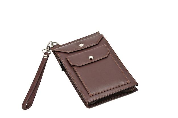 孤立した白い背景のボタンにストラップとうんちが付いた財布。