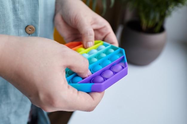 손에 팔각형 모양의 푸시 팝 버블 감각 만지작 거리기 장난감