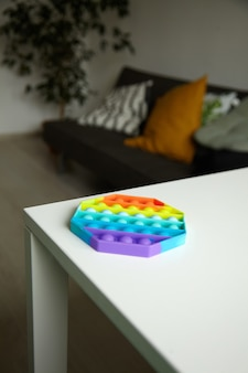 ポップバブル感覚そわそわおもちゃの八角形の形をテーブルに押してください
