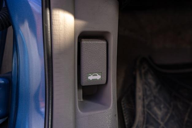 ダッシュボードの下のボタンを押して、車のボンネットを開きます