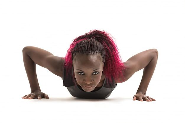 Женщина делает push ups