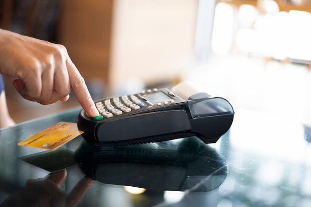 クレジットカードとデビットカードのパスワード支払いのプッシュ