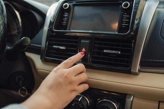 車内の車のダッシュボードにある車の緊急ボタンを押す。