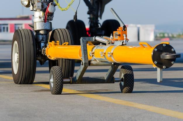シャーシの前部着陸装置で飛行機をカートに押し戻す