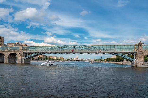 モスクワのプーシキン(アンドレフスキー)橋。ナビゲーション。