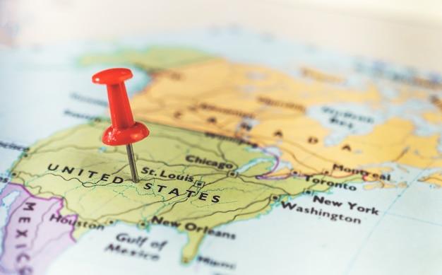 アメリカの地図上の場所を示す画鋲