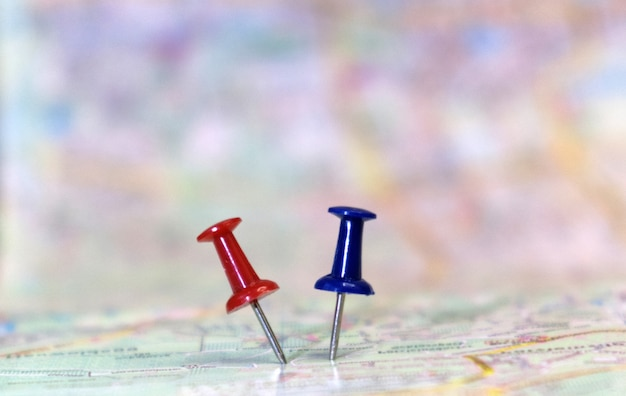 Канцелярская кнопка, показывающая местоположение пункта назначения на карте
