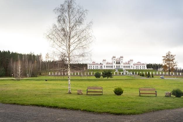 プスロフスキー宮殿。ベラルーシの秋のコソフスキー城。