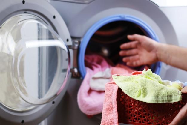 洗濯機に布を入れます