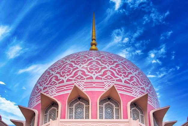 マレーシアのプトラジャヤで昼間のプトラモスク(マスジドプトラ)。