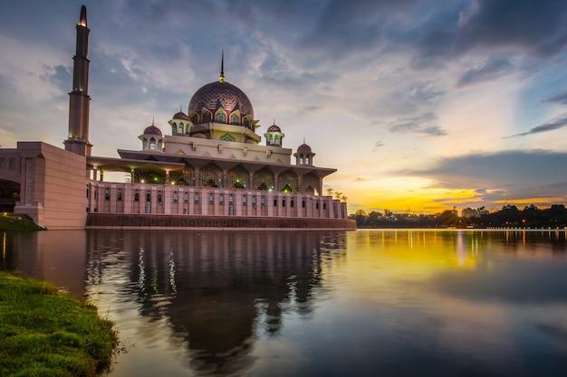 トワイライトタイムのプトラジャヤモスクマレーシア。