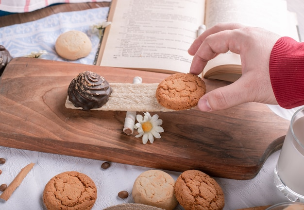 クラッカーの上の木の板にクッキーを置く