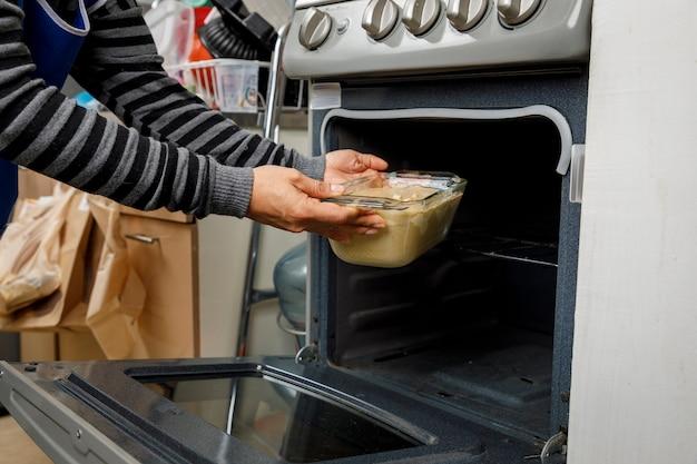 Ставим емкость с плиты в духовку, чтобы приготовить блин