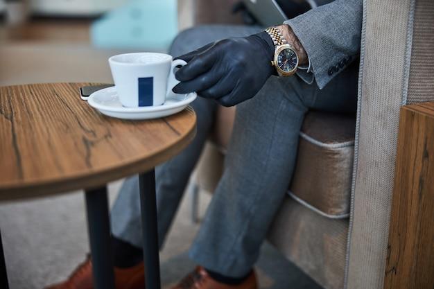 커피를 마시는 동안 접시에 컵을 올려