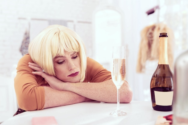 頭を下げる。ホルモン療法で気分が悪くなるそばかすに覆われた憂鬱な美人クィア男
