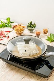 Положить лапшу на сковороду с соусом