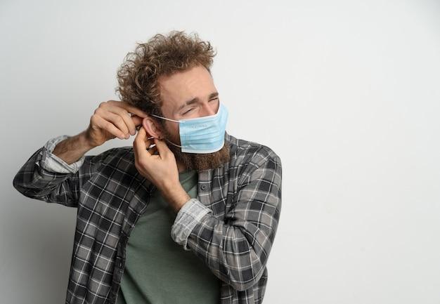 Надевать или снимать с лица защитную стерильную медицинскую маску