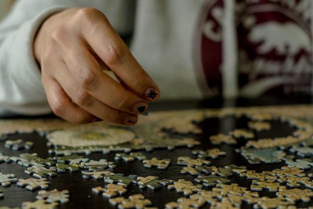 パズルを組み立てる。