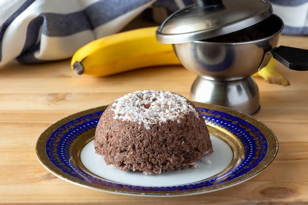 Завтрак путту из рисовой муки и кокоса. южная индия, керала. выборочный фокус. скопируйте пространство.