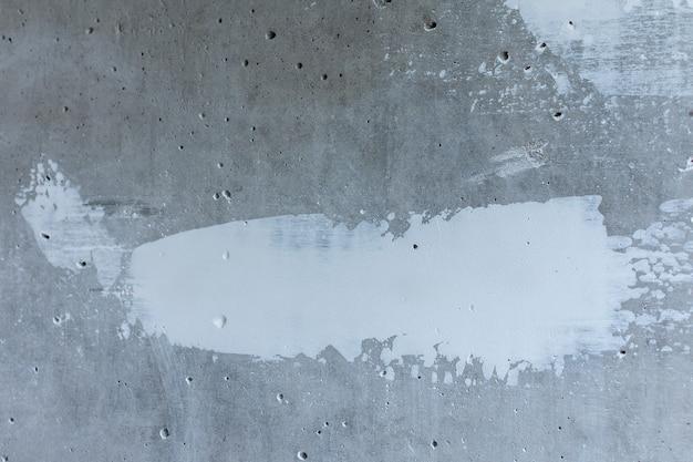 白いパテで壁をパテ、凹凸が塗られたコンクリートの壁、アパートの修理