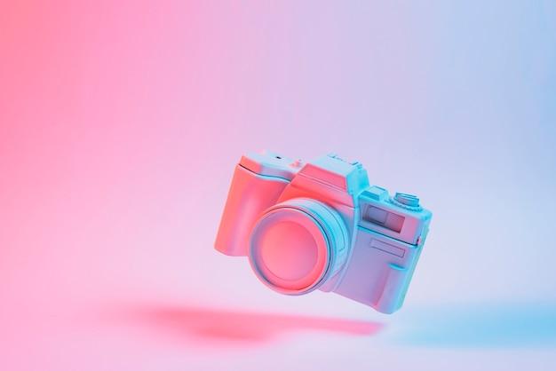 분홍색 배경 위에 그림자와 함께 떠있는 퍼즐 큐브