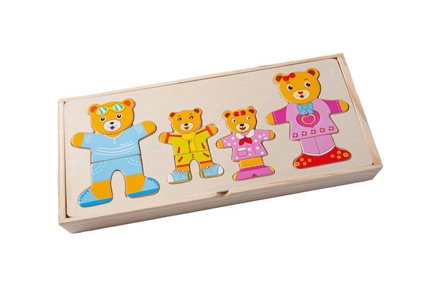 木で作られた面白いクマをパズルします。箱の中。教育玩具モンテッソーリ。白色の背景。閉じる。