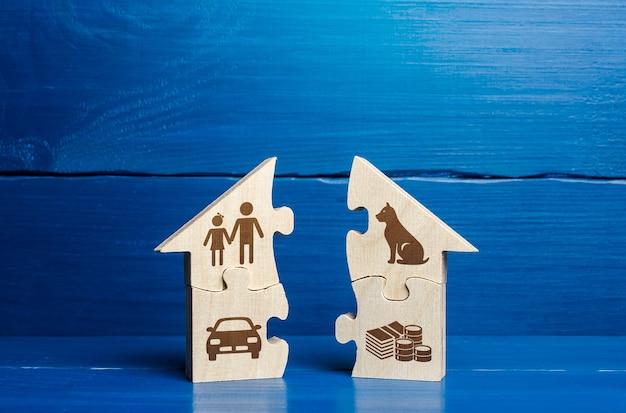 Дом-головоломка с атрибутами семейной жизни разделен на две части. понятие развода, раздела имущества