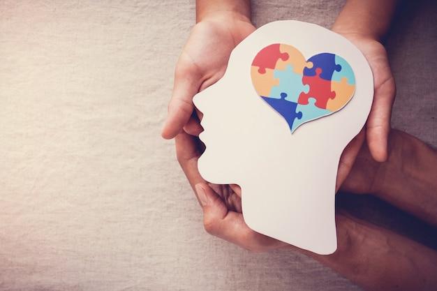 두뇌, 정신 건강 개념, 세계 자폐증 인식의 날에 퍼즐 퍼즐 하트