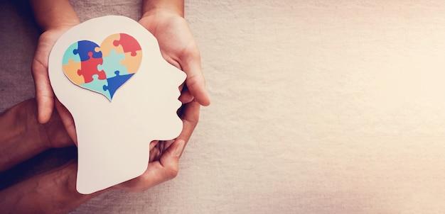 두뇌, 정신 건강, 세계 자폐증 인식의 날에 퍼즐 퍼즐 하트