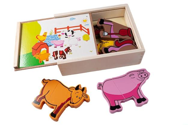 磁気ファームをパズルします。ボックスにはペットのセットが含まれています。教育玩具モンテッソーリ。白色の背景。閉じる。