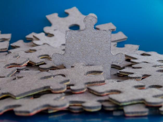 Кусочки головоломки. концепция бизнес-лидерства