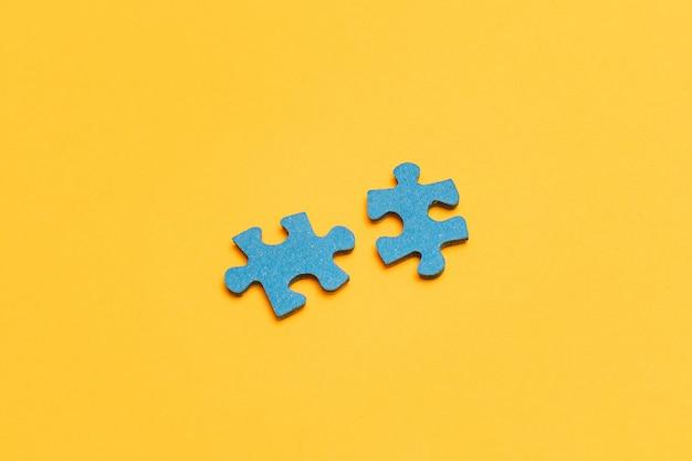 노란색 배경에 퍼즐 조각