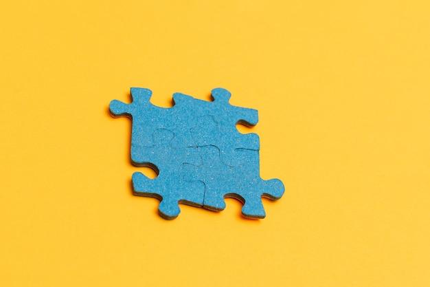 黄色の背景のパズルのピース