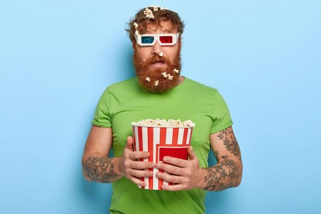 困惑した赤い髪の男は、シネマメガネを通してカメラを見つめます