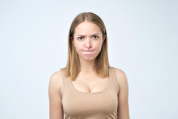 困惑している女性が唇を噛んで疑いを抱いている