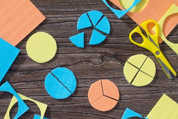 木製のテーブルの数学的分数のパズル研究。