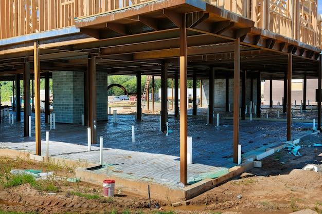 建設現場でのコンクリート注入のための基礎スラブ準備の新しい家のpvc排水管。