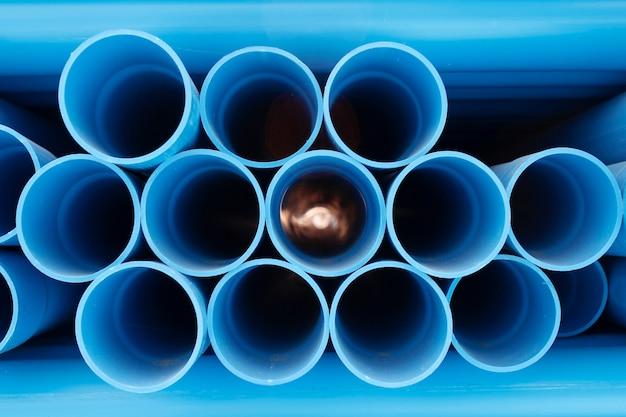 Пвх трубы сложены на строительной площадке