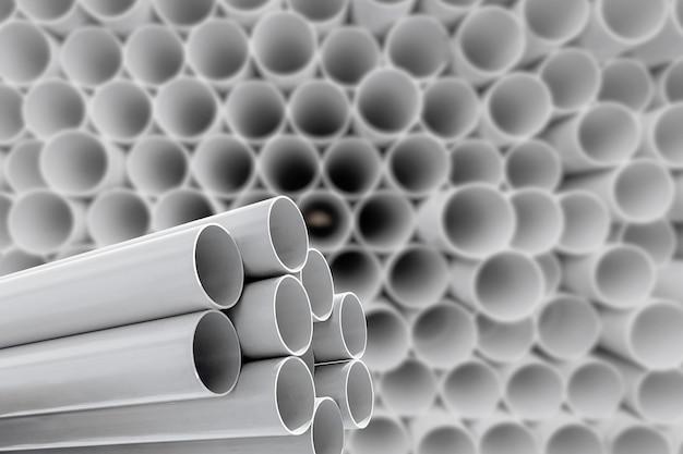 Стеклопластиковые трубы складываются на складе.