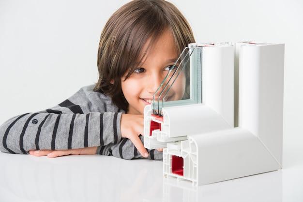 男の子と三重の窓ガラスとpvcプロファイルウィンドウ