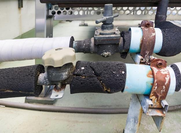 Pvcパイプの古いプラスチック製のバルブ。