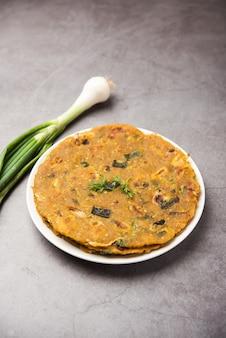 Пьядж паранта или луковая паратха - это индийская пакистанская кухня, которую подают на тарелке.